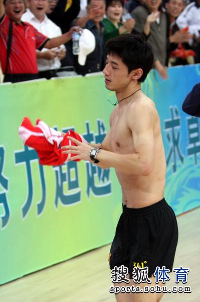 图文:乒超决赛第三回合 张继科准备将球衣扔出