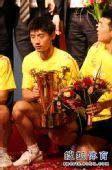 图文:乒超男团决赛第三回合 张继科手拿奖杯