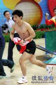 图文:乒超男团决赛第三回合 张继科裸身小跑