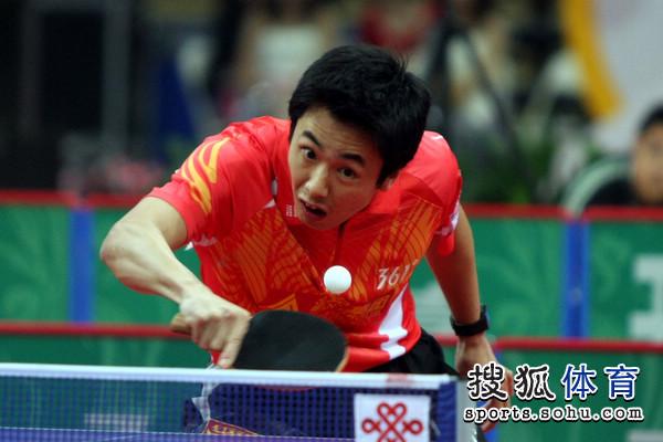 图文:乒超男团决赛第三回合 朱世赫专注回球