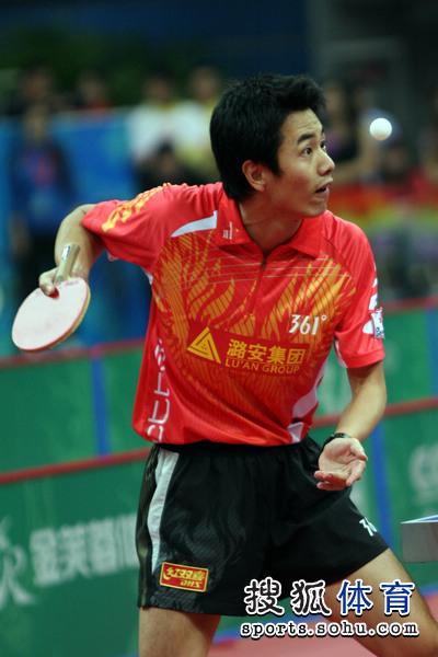 图文:乒超男团决赛第三回合 朱世赫发球瞬间