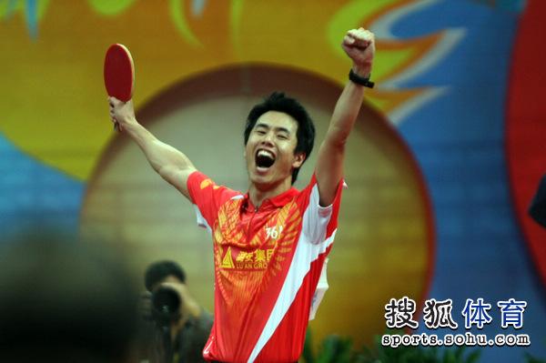 图文:乒超男团决赛第三回合 朱世赫庆祝夺冠