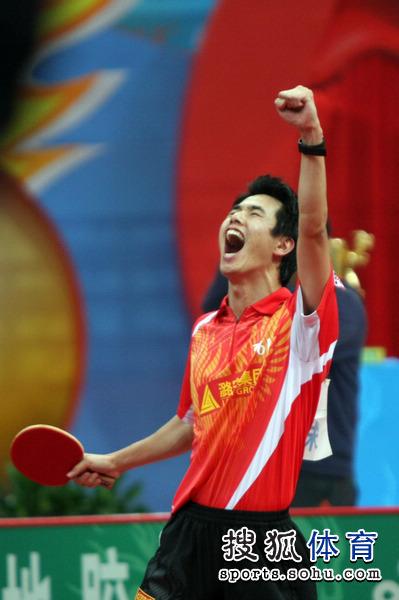 图文:乒超男团决赛第三回合 朱世赫激动大吼