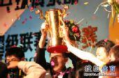图文:乒超男团决赛第三回合 谷青成举起奖杯