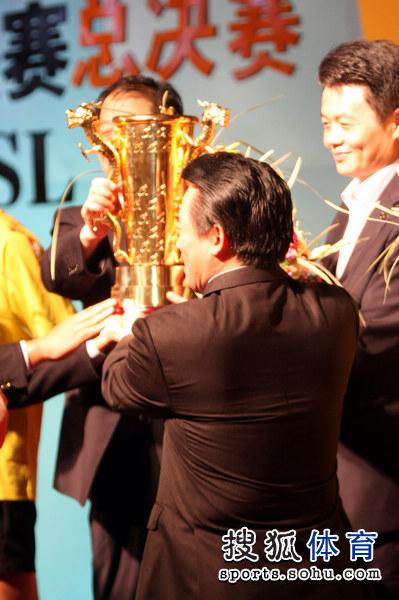 图文:乒超男团决赛第三回合 领导为山东颁奖