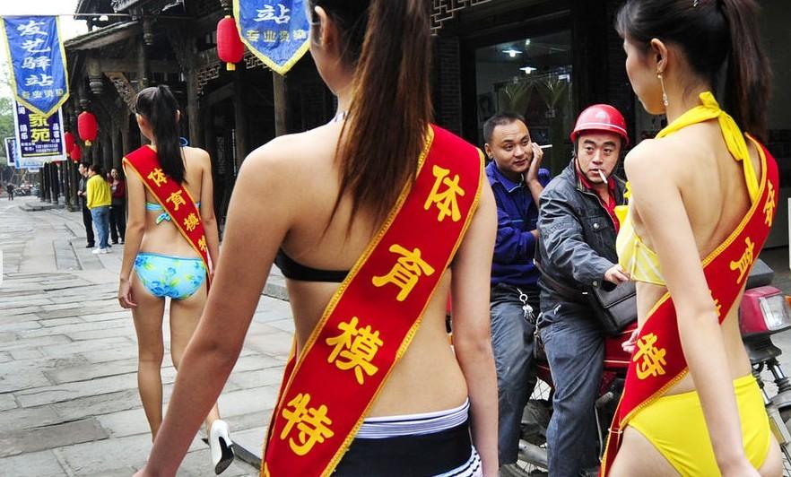 男子泳装表演_美女穿泳装上街宣传 男子追看与警车追尾(组图)