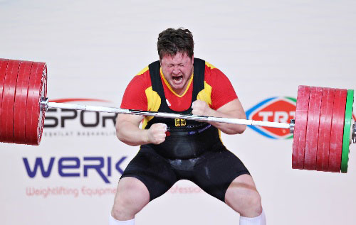 图文:举重世锦赛男子105KG+ 马蒂亚斯怒吼庆祝