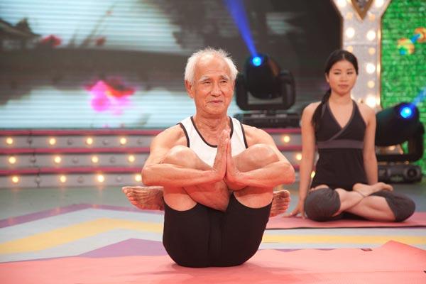 82岁的瑜珈老人