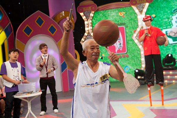 苍蝇拍也能转篮球