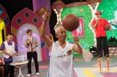 图:《开心100》现场――苍蝇拍也能转篮球