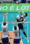 图文:男排世锦赛中国0-3法国 陈平高高跃起