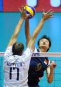 图文:世锦赛中国男排0-3法国 在比赛中扣球