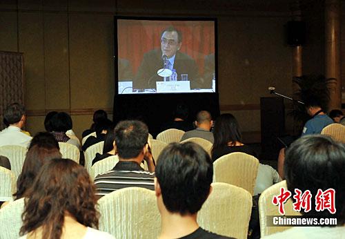 图为媒体在股东大会旁的媒体室透过视像直播,报道国美电器主席陈晓在股东大会上发言。中新社发 邓庆乐 摄