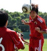 图文:香港足球队备战亚运会 鞠盈智头球训练