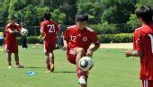 图文:香港足球队备战亚运会 白荣泽与队友