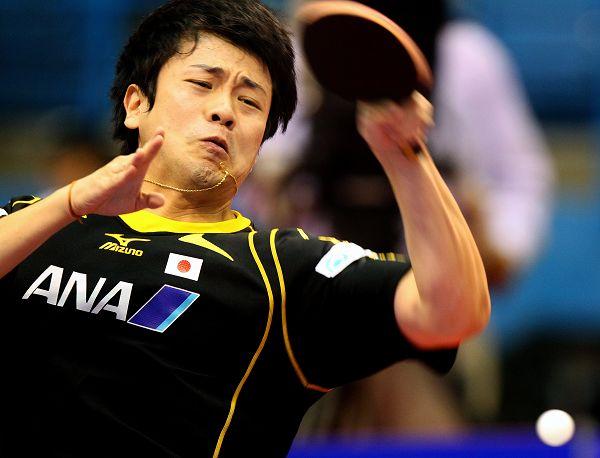 图文:乒球世界杯男团3-1日本 张一博回球瞬间