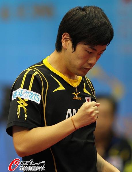图文:乒球世界杯男团3-1日本 张一博暗自握拳