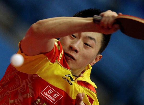 图文:乒球世界杯男团3-1日本 马龙侧身拉球