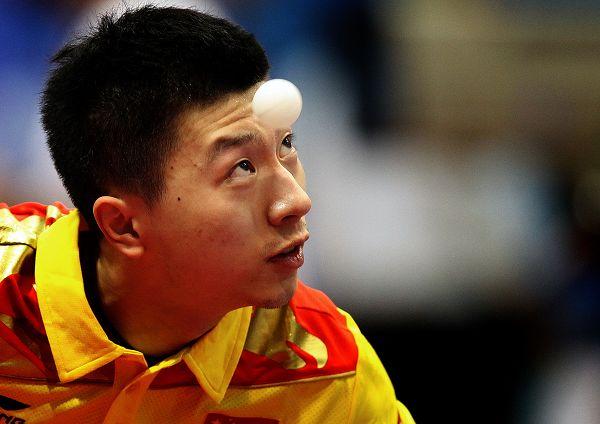 图文:乒球世界杯男团3-1日本 马龙准备发球