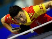 图文:乒球世界杯男团3-1日本 马龙发球瞬间