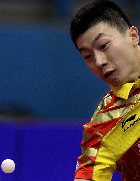 图文:乒球世界杯男团3-1日本 马龙在比赛中