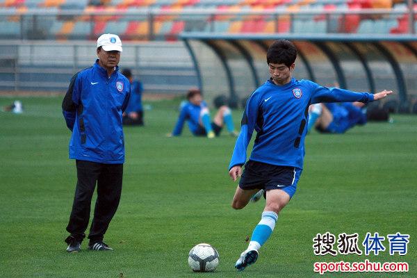 图文:[中超]舜天客场备战 裴恩才指挥训练