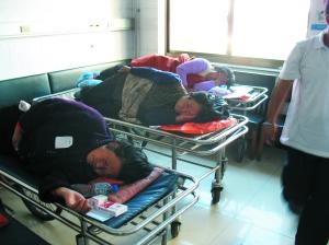受伤的村民躺在病床上等待治疗。本报记者 张太凌 摄