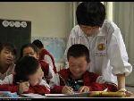 韩萌老师辅导孩子们作业