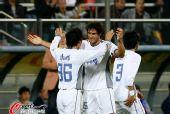图文:[中超]天津VS江苏 卢西亚诺与队友庆祝