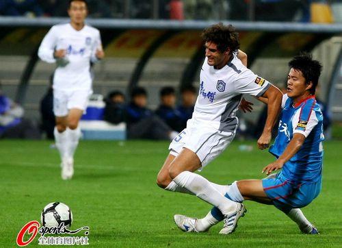 图文:[中超]天津VS江苏 卢西亚诺被铲倒