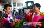 图文:中国举重队载誉归京 廖辉和教练