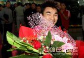 图文:中国举重队载誉归京 廖辉手捧鲜花