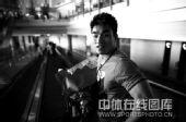 图文:中国举重队载誉归京 廖辉的艺术照