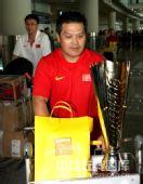 图文:中国举重队载誉归京 硕大的奖杯
