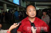 图文:中国举重队载誉归京 陈文斌接受采访
