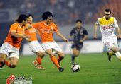 图文:[中超]山东1-0陕西 邓卓翔起脚