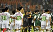 图文:[中超]杭州1-2北京 绿城不满裁判