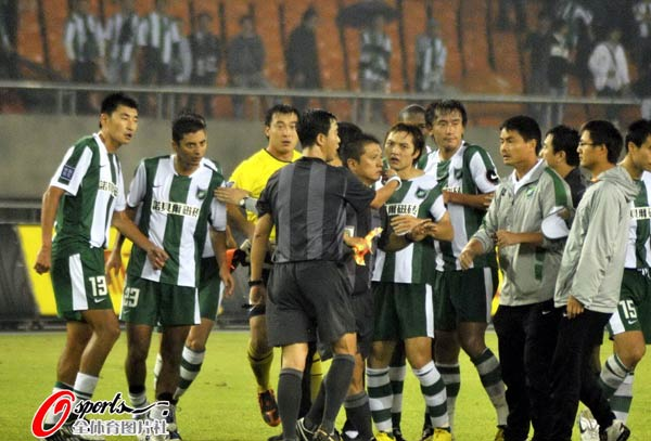 图文:[中超]杭州1-2北京 绿城队员围住裁判