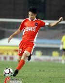 图文:[中超]青岛1-0河南 刘健主罚任意球
