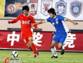 图文:[中超]青岛1-0河南 宋泰林防守朱建荣
