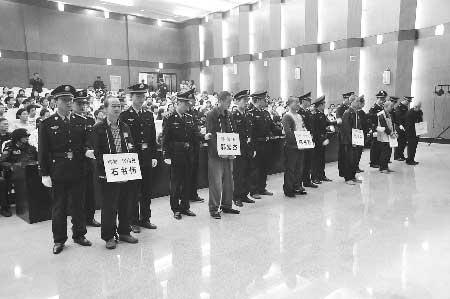 昨日上午,平顶山市中级人民法院对此案公开宣判,石书伟、陈书勤、郭宏杰3名罪犯被判处死刑,立即执行。