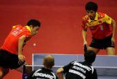 图文:乒球世界杯男团进决赛 许昕正在发球