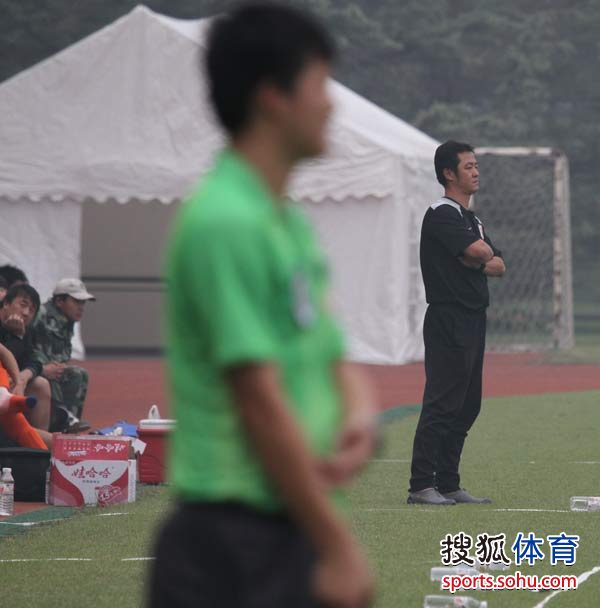 图文:预备队联赛鲁能1-0申花 范学伟表情严肃