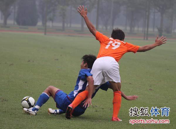 图文:预备队联赛鲁能1-0申花 陈灏仙鹤亮翅