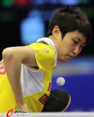 图文:乒乓球世界杯女团夺冠 郭跃准备发球