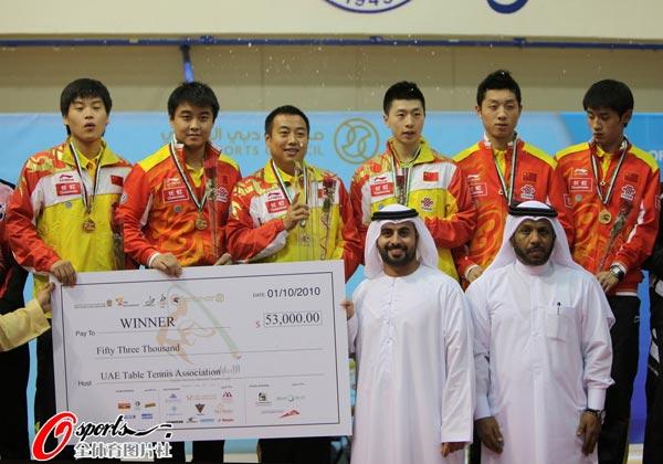 图文:乒乓球世界杯男团登顶 刘国梁笑得开心