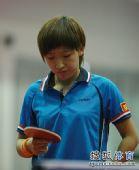 图文:乒乓球全锦赛团体首日 刘诗雯端详球板