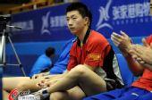 图文:马龙带伤上阵北京落败 马龙坐在场边