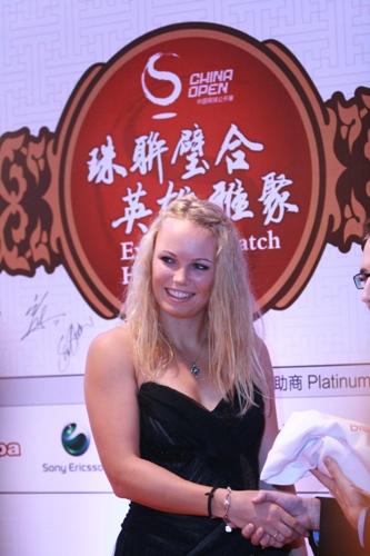 中国网球公开赛举行晚宴 沃兹娃接受礼物