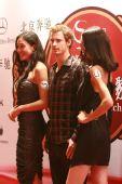 中国网球公开赛举行晚宴 穆雷与美女合影